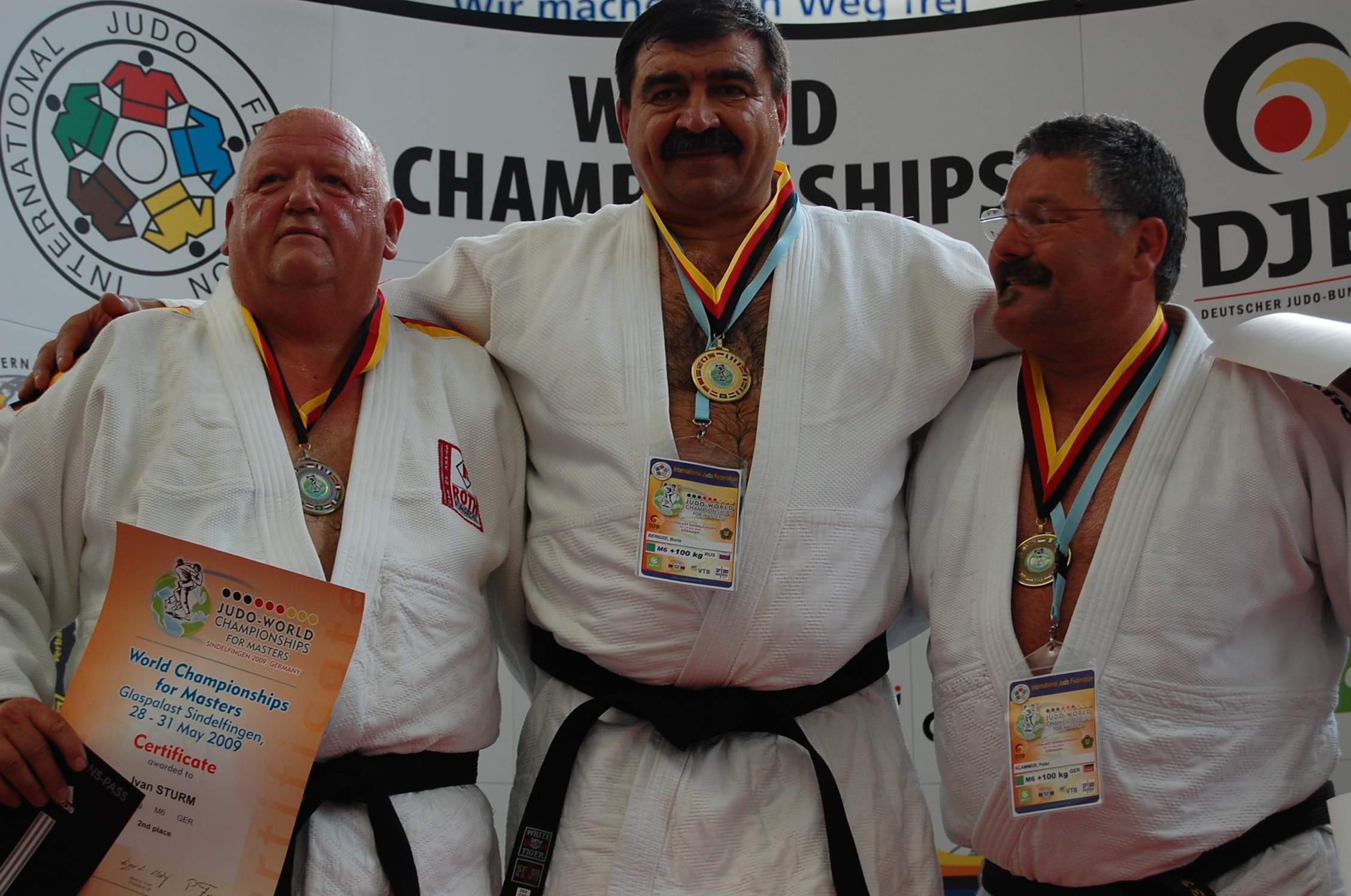 Беридзе - чемпион (в центре)