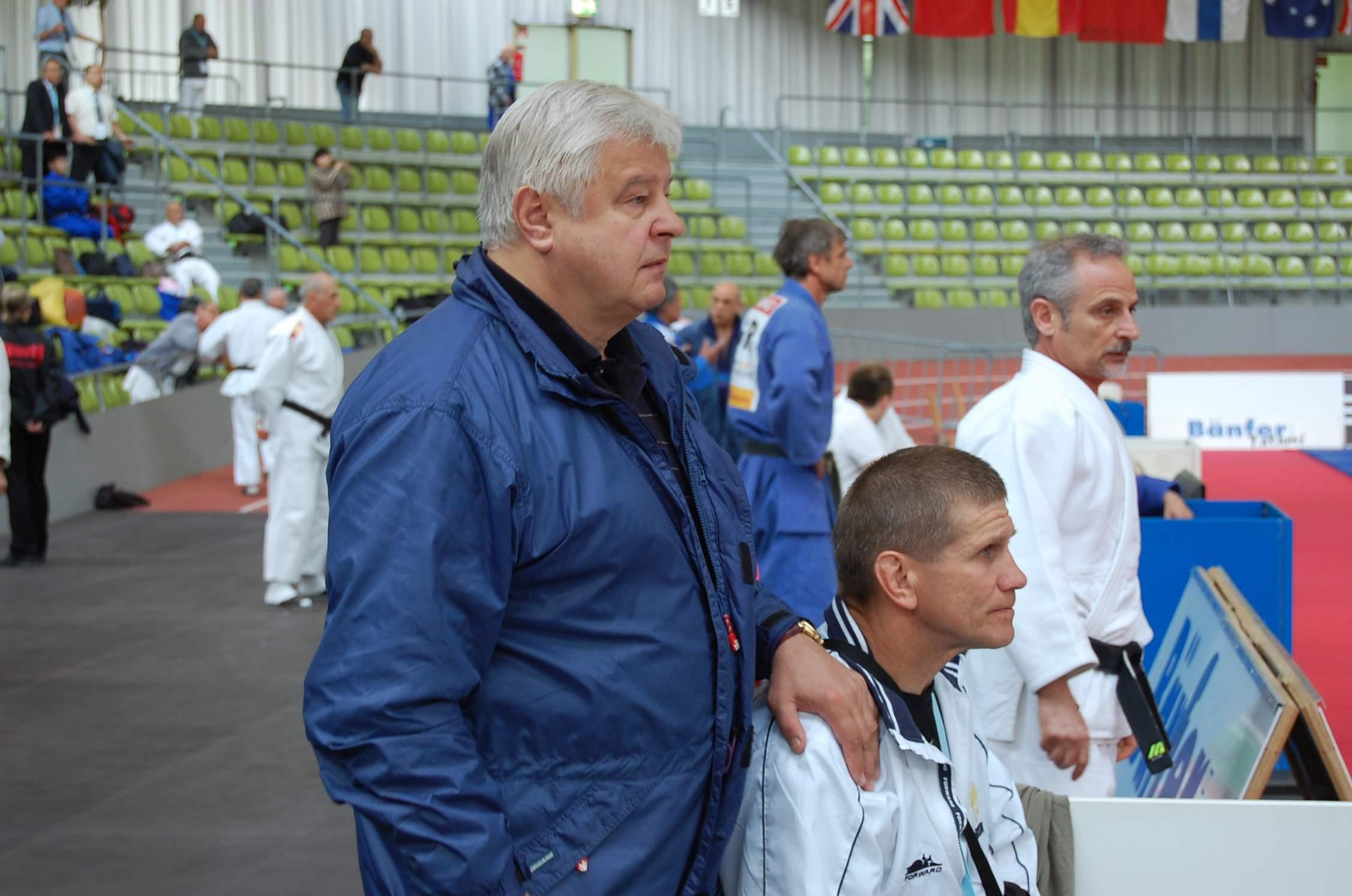 Цюпаченко (в синем) следит за борьбой