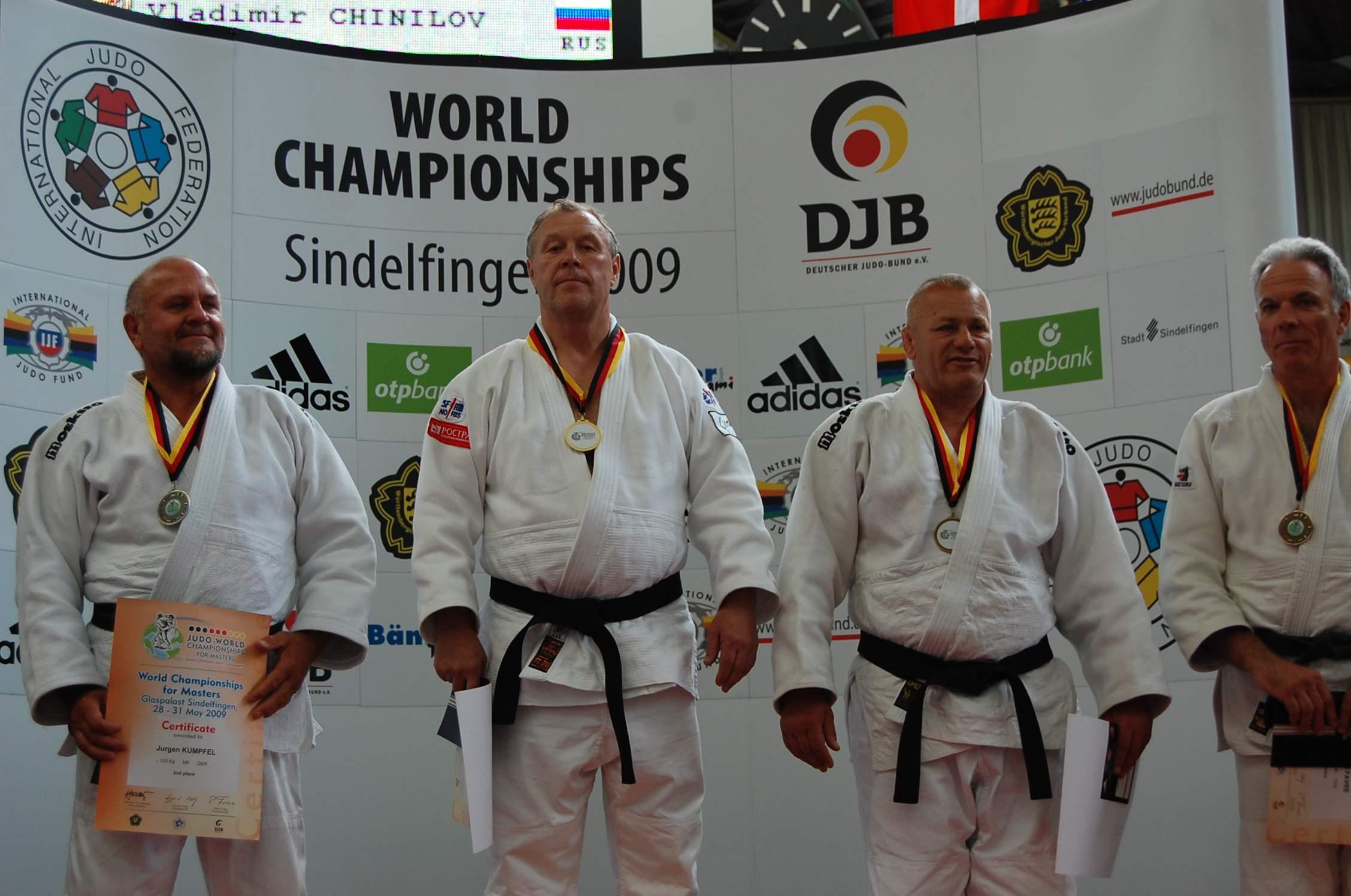 Чемпион Чинилов (второй слева)
