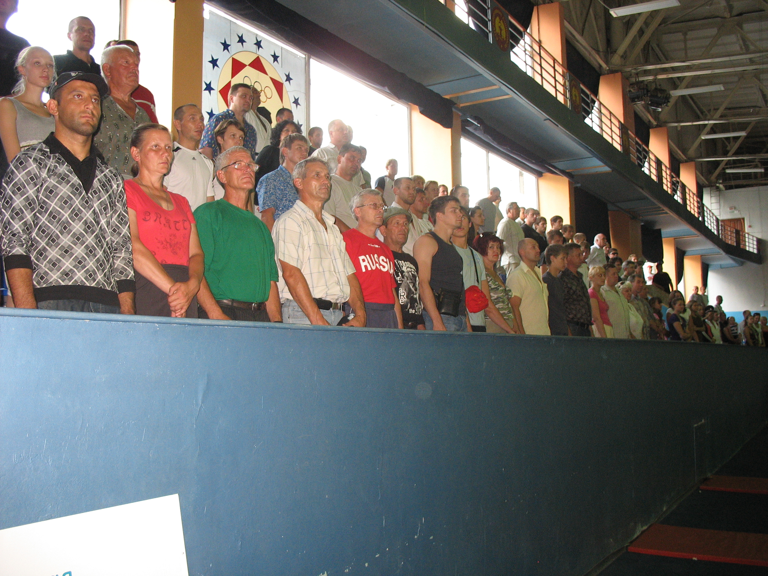 Зрители слушают гимн стоя